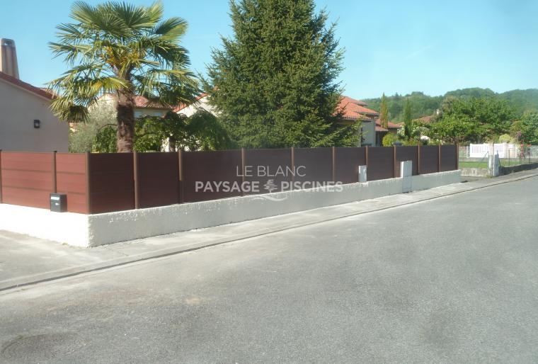 Installation de panneaux de clôture en composite brun - BARBAZAN 65 -