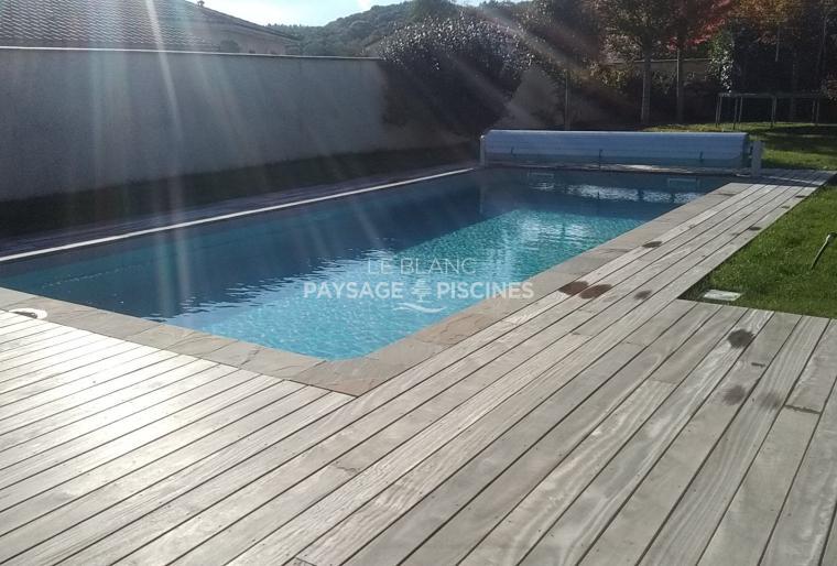 Piscine Traditionnelle maçonnée, margelles pierres naturelles, terrasse bois - OURSBELILLE 65 -
