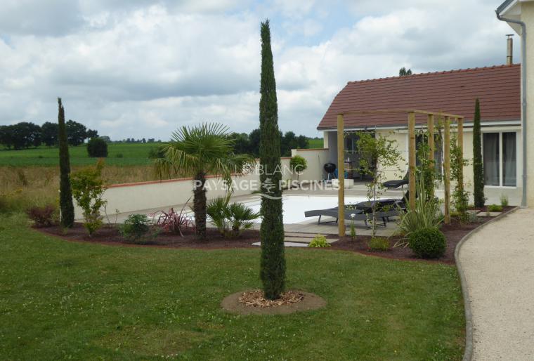 Aménagement paysager avec entre autre végétal, bois, pierres naturelles...