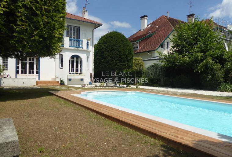 terrasse bois autour piscine et aménagement espaces de vie