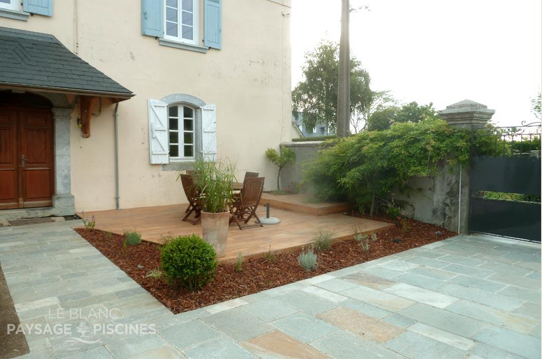Am nagement d 39 une cour d 39 entr e ger 64 leblanc for Amenagement terrasse maison