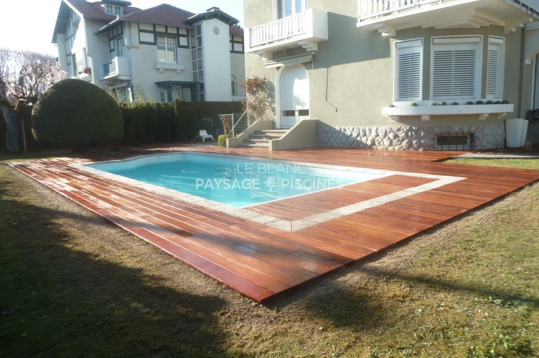 R alisation d 39 une terrasse en bois exotique autour piscine for Bois exotique piscine