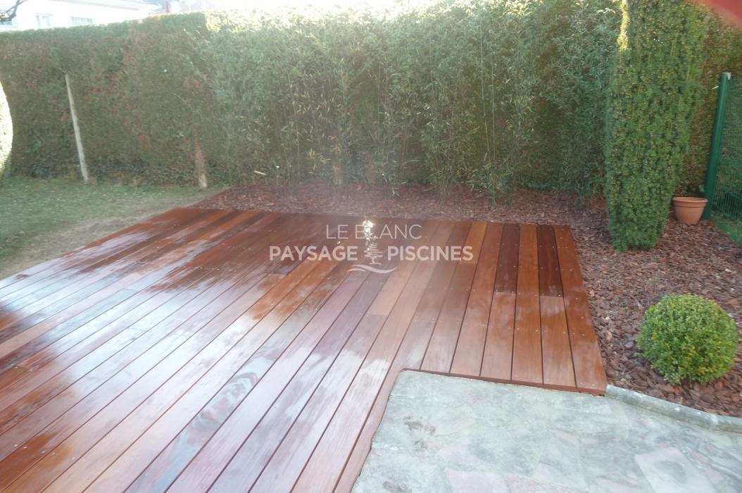 R alisation d 39 une terrasse en bois exotique autour piscine for Entretien jardin tarbes